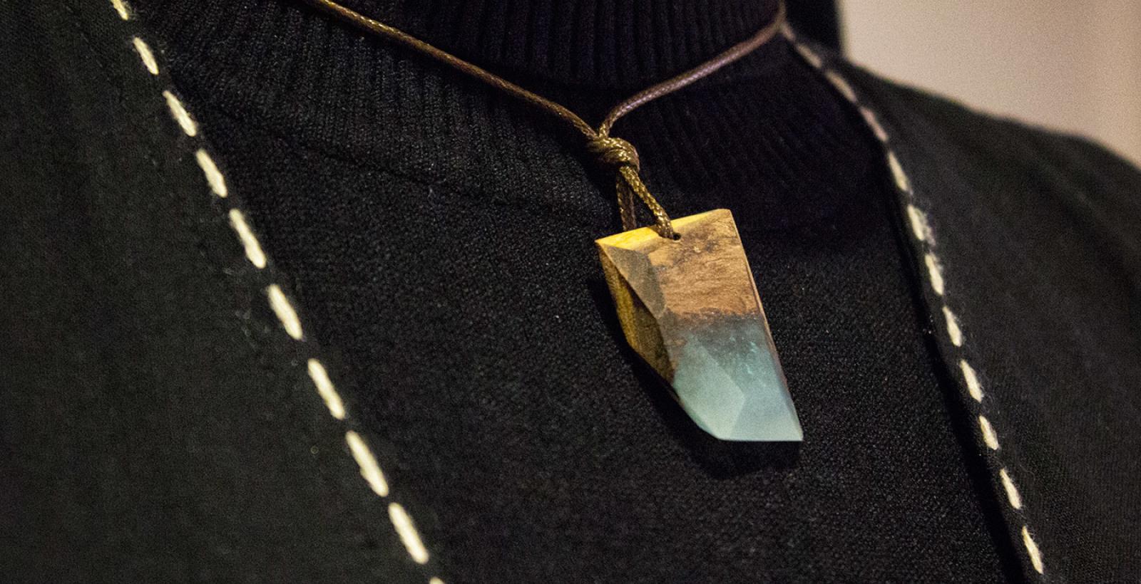 گردنبند لاجورد رگه طلایی --- N6